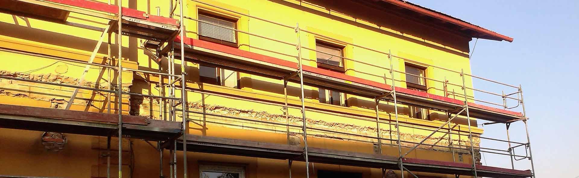 lešení na budovách